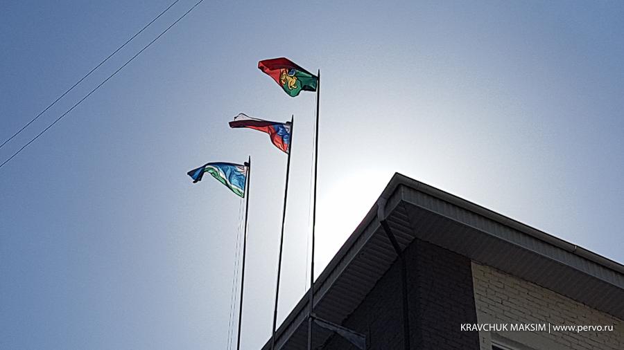 На здании администрации Первоуральска сменили флаги