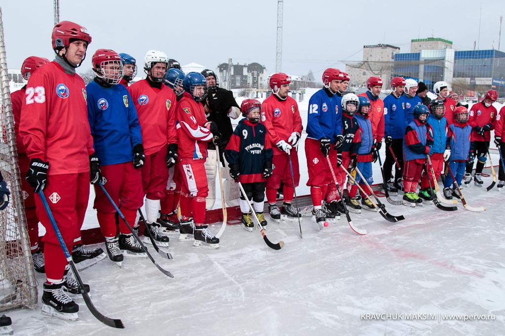 На стадионе «Уральский трубник» состоялась игра хоккеистов команды с болельщиками