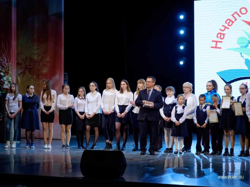 Владислав Изотов поздравил коллектив школы №6 с успешным окончанием учебного года