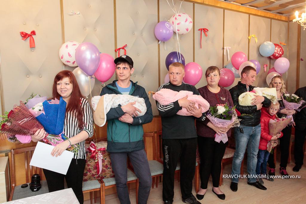 Новорожденные первоуральцы получили первые в жизни подарки