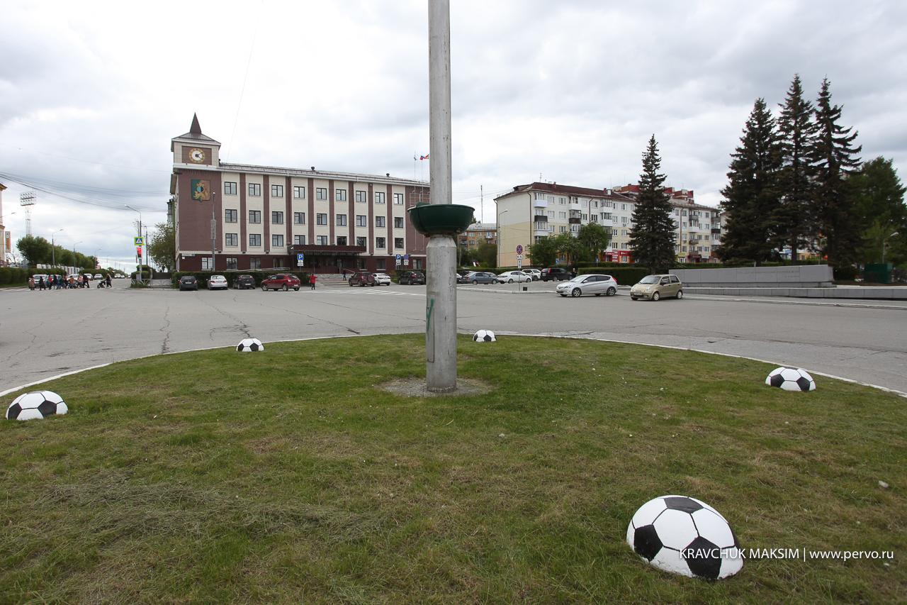 После первого матча сборной России в Первоуральске появились футбольные арт-объекты