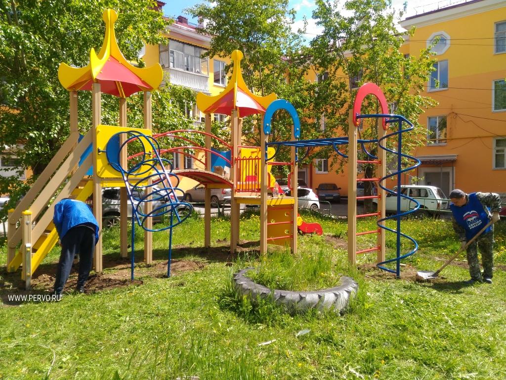 Николай Шайдуров установил детскую площадку на Ватутина 23