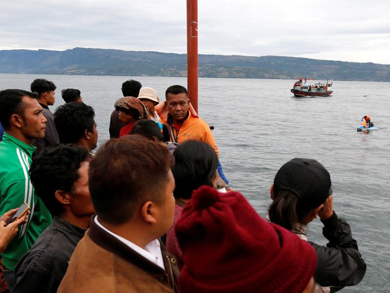 В Индонезии при крушении парома 128 человек пропали без вести