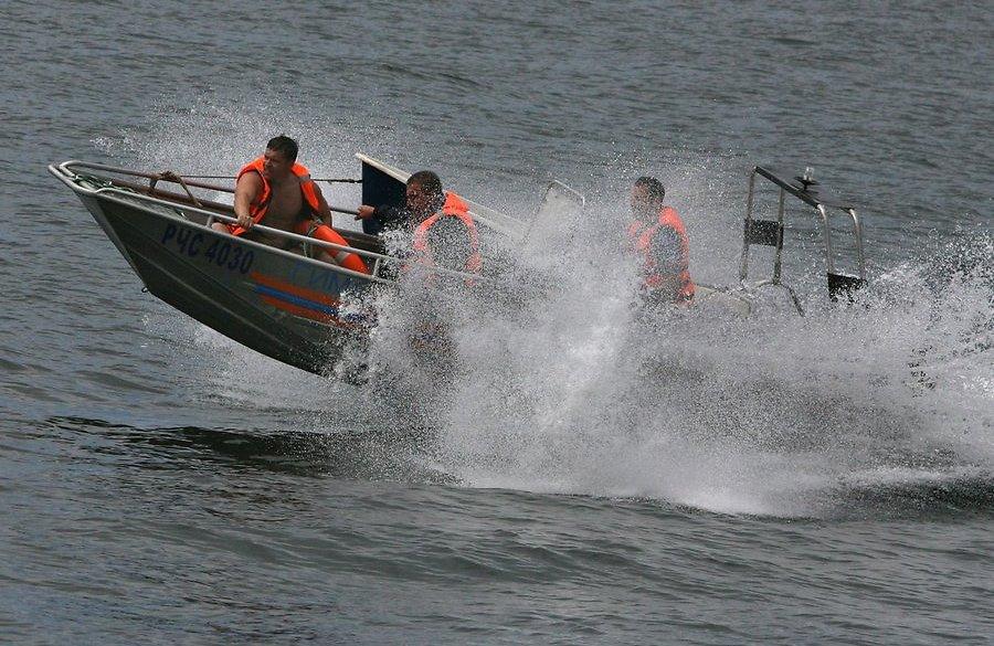Двое в лодке, не считая сломанного мотора: спасатели эвакуировали людей с острова
