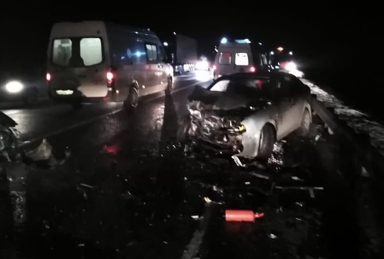 В ДТП, где лоб в лоб столкнулись два автомобиля, пострадали пять человек