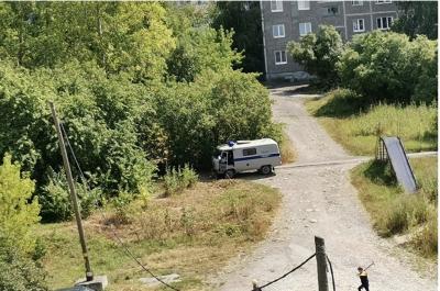 В Первоуральске во дворе дома у детской горки нашли труп