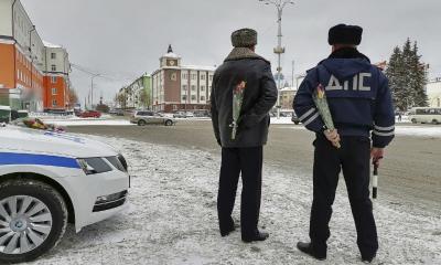 В Первоуральске сотрудники ГИБДД поздравили женщин с 8 Марта