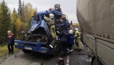 Водителю грузовика оторвало ноги после аварии на трассе под Первоуральском