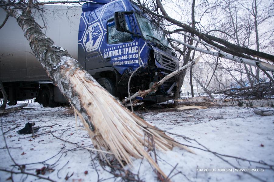 Фура решила заготовить дров на зиму, едва не въехав СЭС