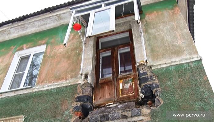 В Первоуральске со второго этажа «отстыковался» балкон