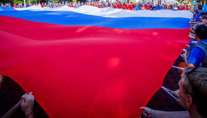 Символ обновленной РФ: русский триколор