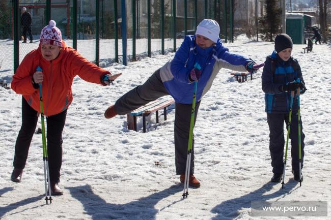 Десятки пожилых, первоуральских леди вступили в «Клуб скандинавской ходьбы»