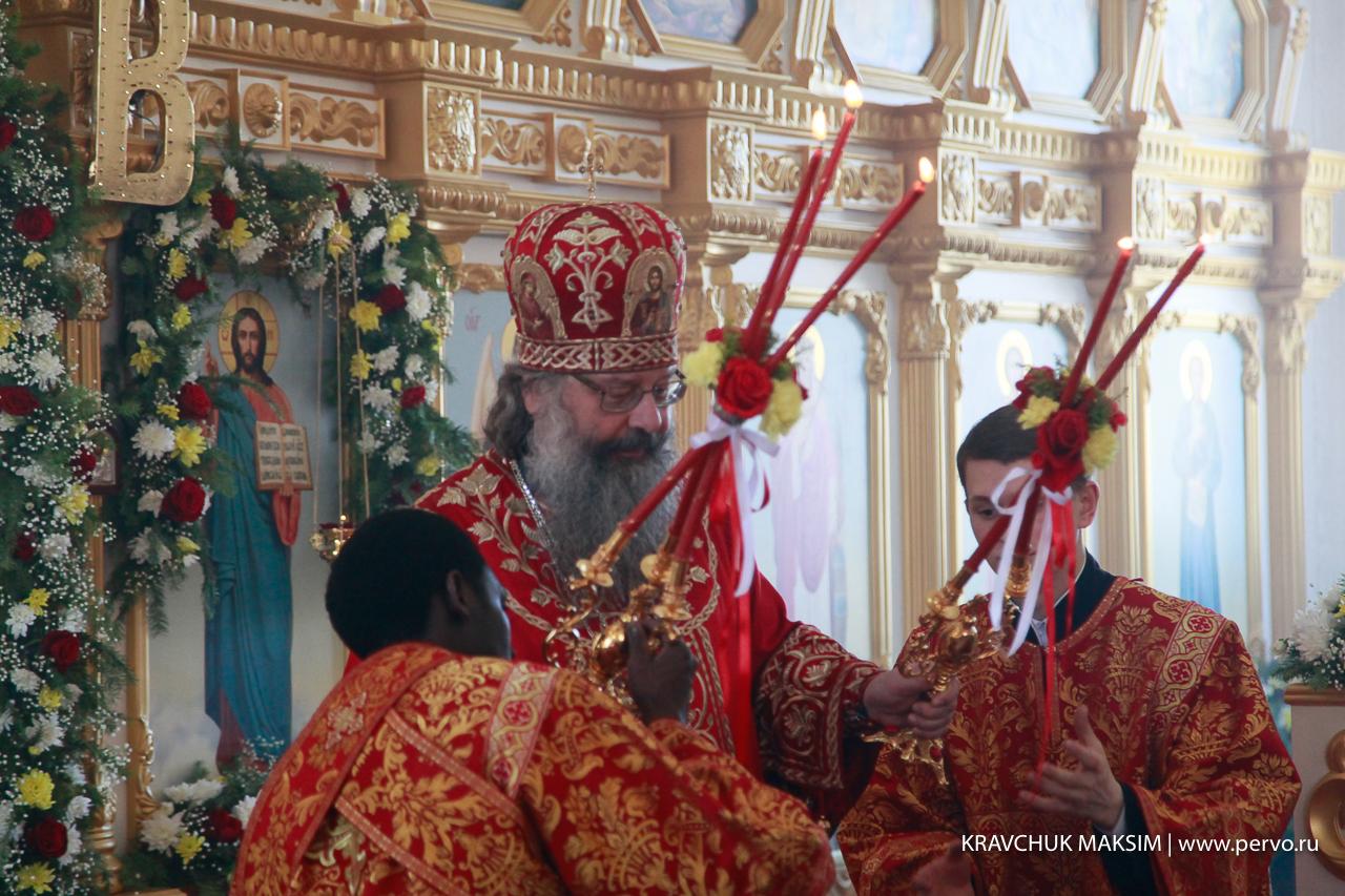 Митрополит Екатеринбургский и Верхотурский Кирилл провел первый день пасхальной недели в Первоуральске