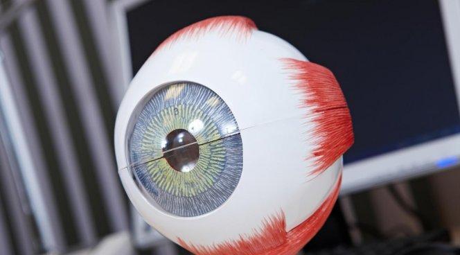 Пациенту имплантировали линзу рекордной оптической силы - 40 диоптрий