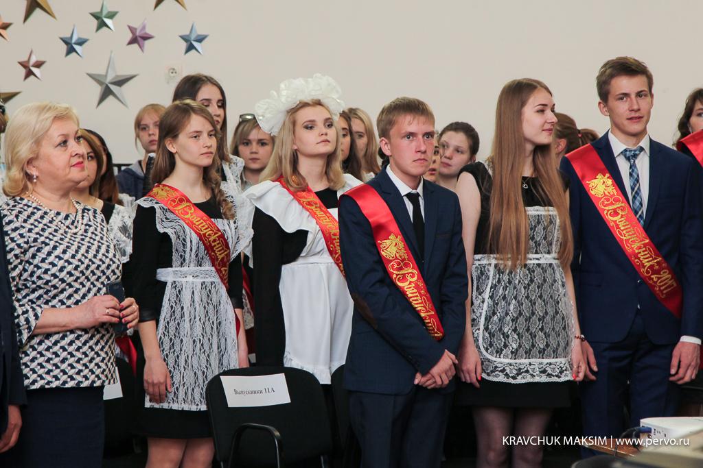 Николай Смирнов и Валерий Хорев поздравили выпусников школы №2