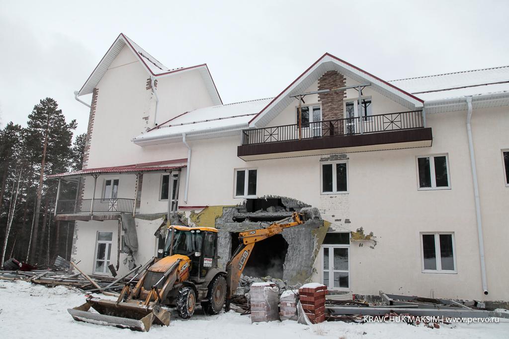 В Первоуральске сносят незаконную гостиницу