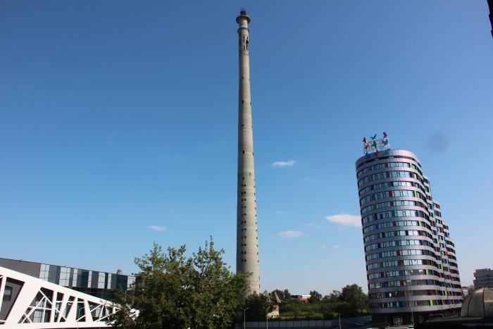 Противники сноса башни в Екатеринбурге залезли на нее и требуют референдума