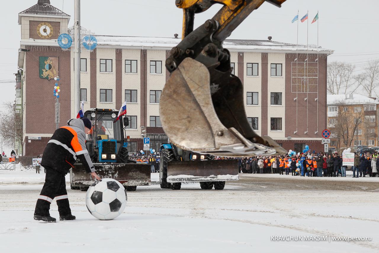 На параде коммунальной технике трактора сыграли в футбол